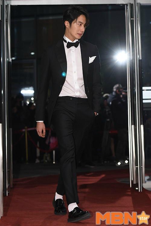 Jung Il Woo trông như vừa ngủ dậy khi đến MBC Drama Awards với mái tóc rối bù. Bên cạnh đó, anh còn mắc lỗi sơ đảng khi đi tất trắng với giày đen.