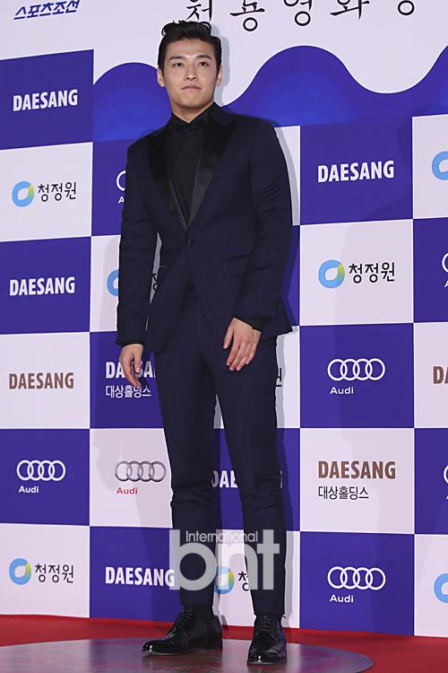 Kang Ha Neul lịch lãm trong bộ vest màu xanh navy.