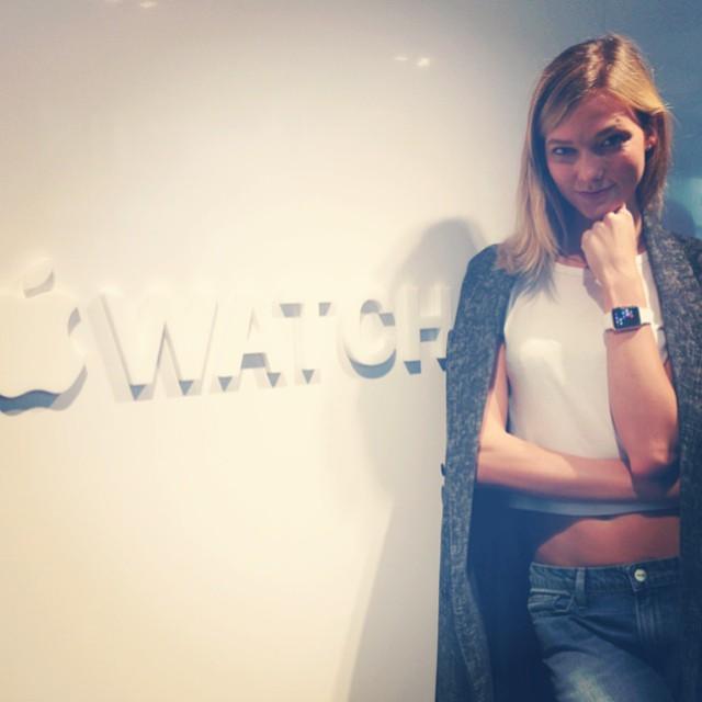 Siêu mẫu Karlie Kloss với Apple Watch tại Paris Fashion Week.