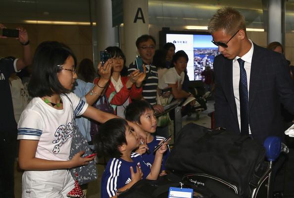Keisuke Honda trong vòng vây người hâm mộ khi tới Australia.