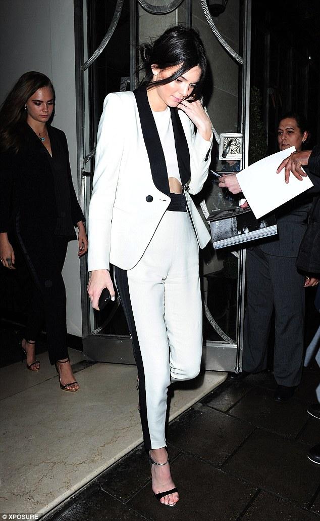 Kendall Jenner thanh lịch và nổi bật trong bộ đồ menswear màu trắng viền đen.