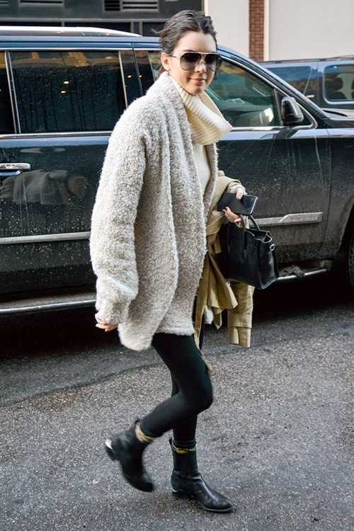 Trong thời gian dự Tuần lễ thời trang New York, Kendall không diện đồ ra phố cầu kỳ nhưng lại vẫn tôn vẻ trẻ trung, quyến rũ.