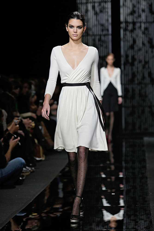 Cô diện thiết kế váy trắng tinh tế của Diane von Furstenberg.