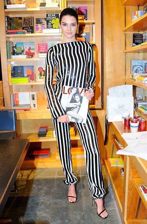 Trong thời gian bận rộn ở các Tuần lễ thời trang, Kendall vẫn dành thời gian giao lưu, ký tặng độc giả tạp chí Love.