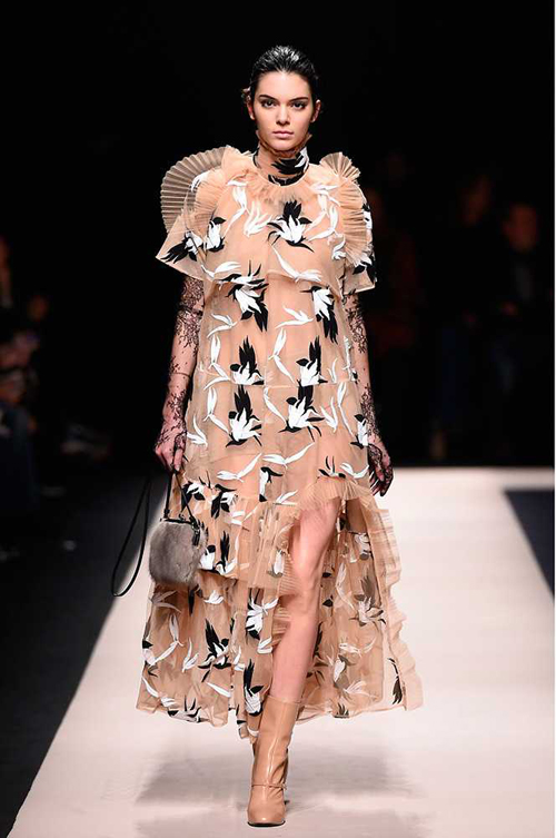 Kendall với thiết kế đặc biệt ở show Giles tại Tuần lễ thời trang London.
