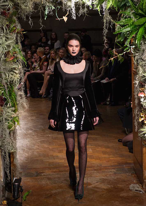 Mới đây, chân dài tiếp tục có mặt ở show Giles tại Tuần lễ thời trang London.