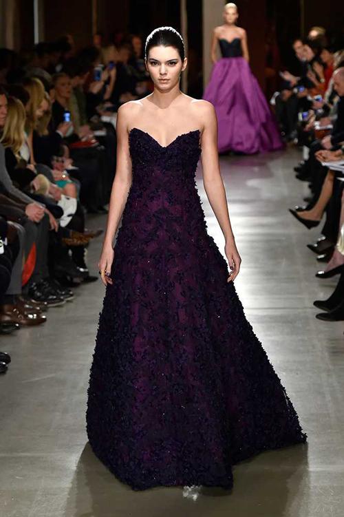 Người đẹp sang trọng trong thiết kế đầm dạ hội của Oscar de la Renta.