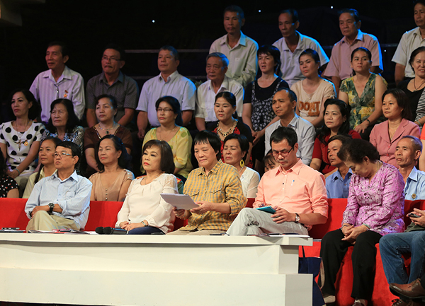 Hội đồng khách mời lão thành với những gương mặt quen thuộc như: nhà báo Huỳnh Dũng Nhân, PGS Nguyễn Thị Minh Thái, TS khoa học Đoàn Hương, nhà thơ Trần Hữu Việt.