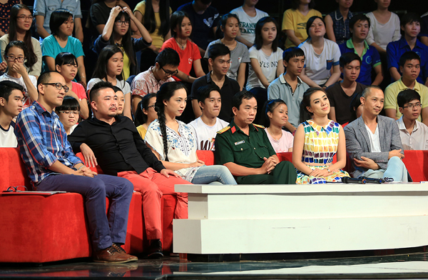 Nhà báo Phan Đăng, nhà thơ Miên Di, đạo diễn Nguyễn Hoàng Điệp, nhà báo Phan Tùng Sơn, MC Lan Trinh, nhiếp ảnh gia Na Sơn tham gia Hội đồng bình luận trẻ tuổi.
