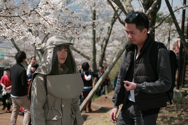 Nhã Phương đang được đạo diễn Bùi Tiến Huy hướng dẫn trước một cảnh quay.