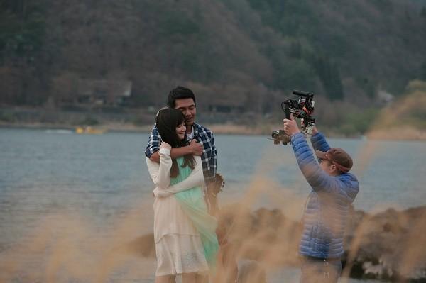 Quang Tuấn và Nhã Phương trong một cảnh quay tình cảm.