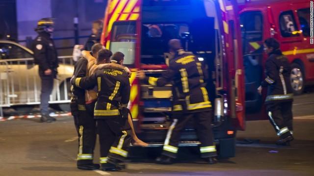 Những người bị thương đang được sơ cứu khẩn cấp. (Ảnh: CNN)