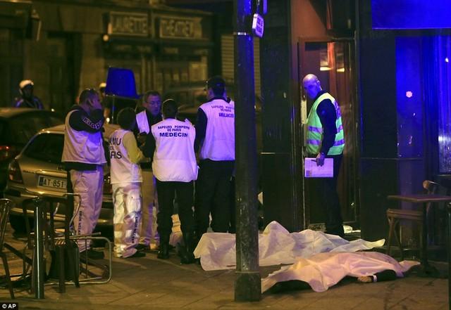 Hiện trường bên ngoài nhà hàng - nơi xảy ra vụ tấn công.