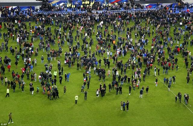 Khán giả tràn qua đường pitch vào sân sau khi nghe hai vụ nổ bên ngoài SVĐ State de France.