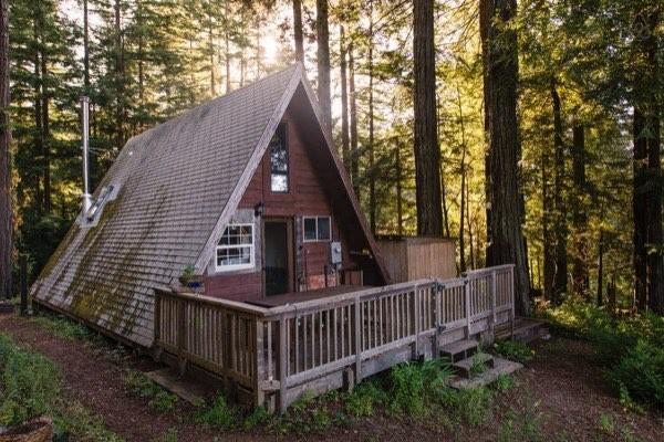 Nhìn từ bên ngoài, ngôi nhà có diện tích trông rất nhỏ hẹp.