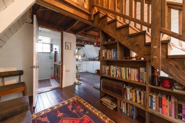 Không gian gầm cầu thang được tận dụng làm giá sách và giá bày đồ.