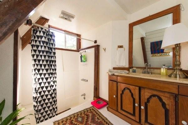 Nhà tắm có điểm nhấn nổi bật là rèm che màu đen - trắng.