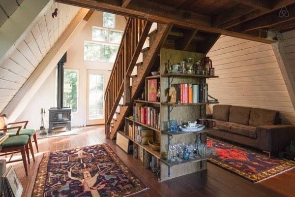 Cầu thang ở giữa nhà cũng đóng vai trò là tường ngăn cách không gian phòng.