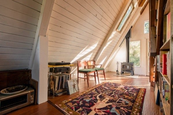 Đồ đạc được bày ngăn nắp ở sát tường và ở góc nhà, giúp không gian ngôi nhà trở nên gọn ghẽ hơn.