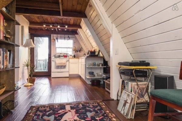 Bếp nằm một góc của ngôi nhà, sát với cửa sau.