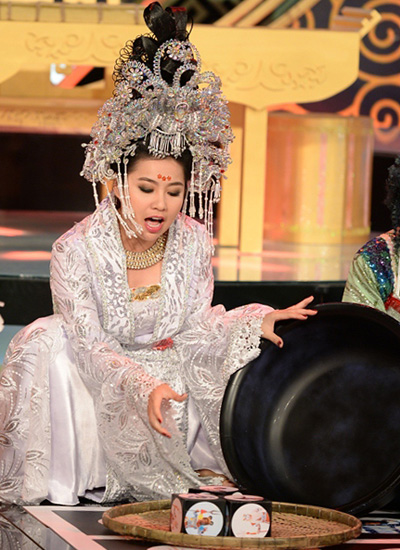 Lê Khánh trong vai Diêm Hậu của chuỗi sân khấu hài truyền hình Diêm Vương xử án