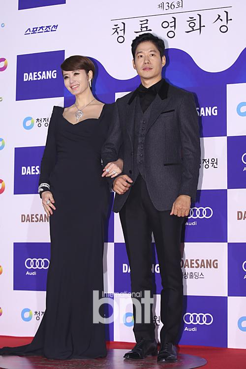 Người đàn bà đẹp Kim Hye Soo và diễn viên Yoo Jun Sang là hai ngôi sao có mặt sớm nhất trên thảm đỏ lễ trao giải Rồng Xanh 2015. Họ cũng đồng thời đảm nhận vị trí MC của lễ trao giải.