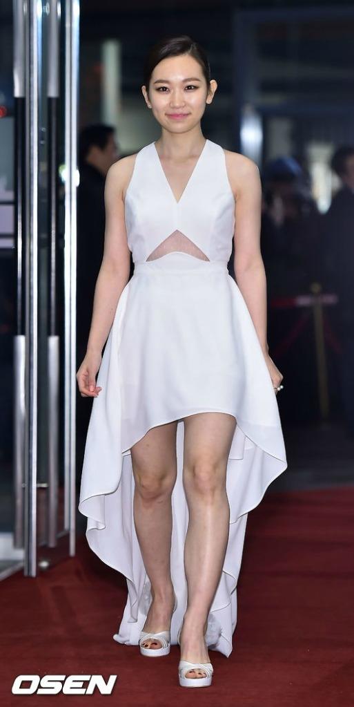 Bộ váy trắng được cho là sự lựa chọn thiếu không ngoan của Kim Seul Gi.