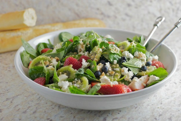 Salad giải nhiệt gồm rau bina, việt quất, Kiwi dâu tây và pho mát