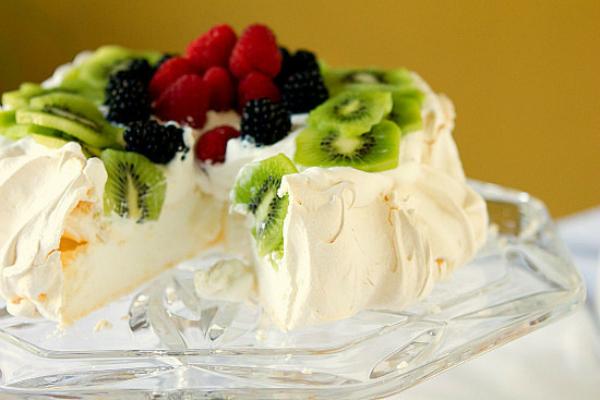 Bánh Pavlova kiểu Australia với Kiwi, việt quất và mâm xôi