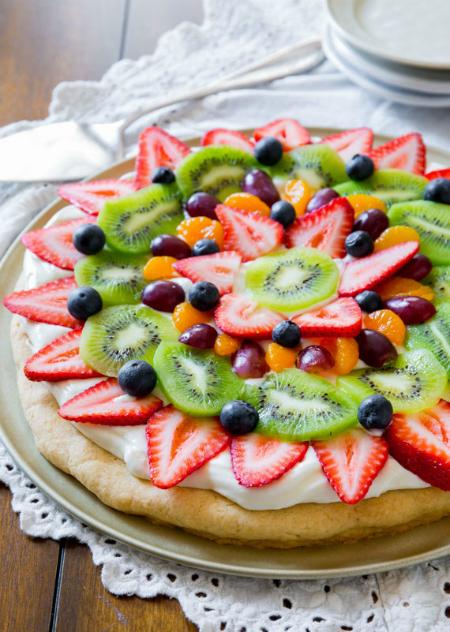 Pizza hoa quả với thành phần có Kiwi cùng các loại quả khác như dâu tây, việt quất, nho...