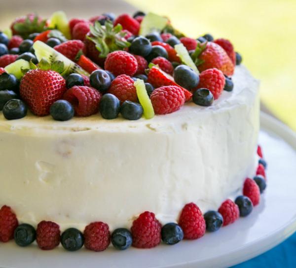Bánh gato hấp dẫn với Kiwi, dâu tây, việt quất và phúc bồn tử.