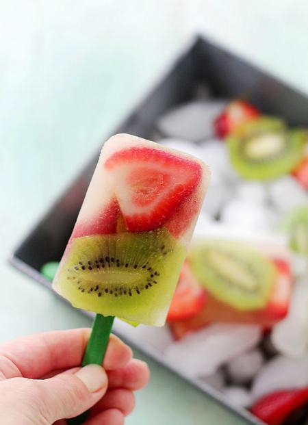 Sử dụng hỗn hợp nước quả Kiwi và dâu tây làm món kem giải nhiệt