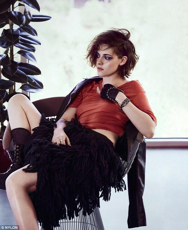 Trong bộ ảnh, Kristen còn diện váy tua rua cực chất và phụ kiện làm điểm nhấn.