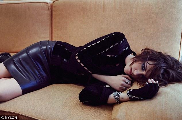 Nữ diễn viên không kém phần quyến rũ với trang phục màu đen huyền bí.