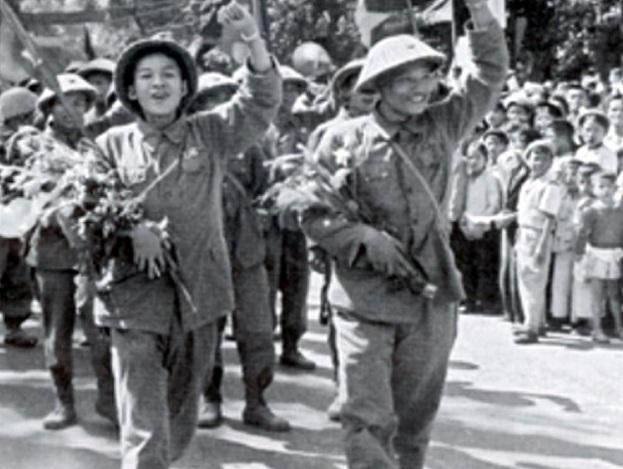 Ngày giải phóng Thủ đô, mọi người dân đều ra đường hò reo chiến thắng. (Ảnh: bqllang.gov.vn/)