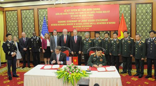 Bộ trưởng Quốc phòng Việt Nam và Bộ trưởng Quốc phòng Hoa Kỳ ký Tuyên bố tầm nhìn chung về quan hệ quốc phòng. Ảnh: Báo Quân đội nhân dân
