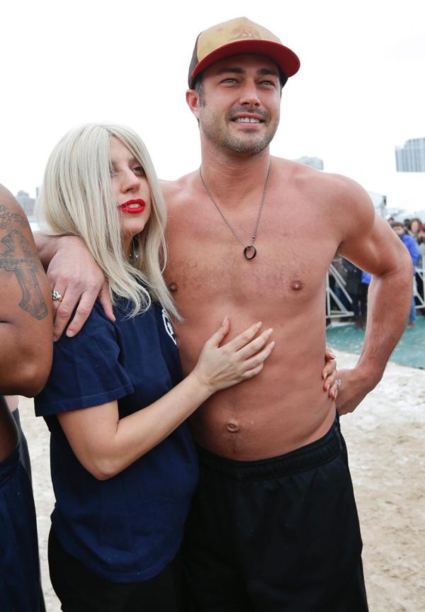 Cuối tuần qua, Lady Gaga và hôn phu Taylor Kinney đã xuất hiện ở Chicago để tham gia sự kiện Polar Plunge nổi tiếng tại đây.