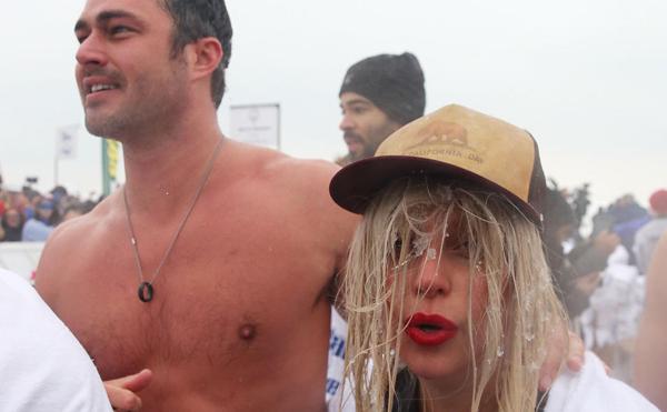 Lúc này, nữ ca sĩ mới cảm nhận rõ hơn cảm giác rét buốt. Nước đọng trên tóc cô thậm chí còn như đóng băng.
