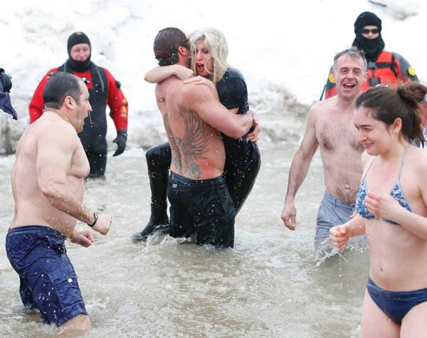 Như bất kỳ ai tham dự, cả hai đều nhảy xuống hồ nước lạnh giá Michigan.