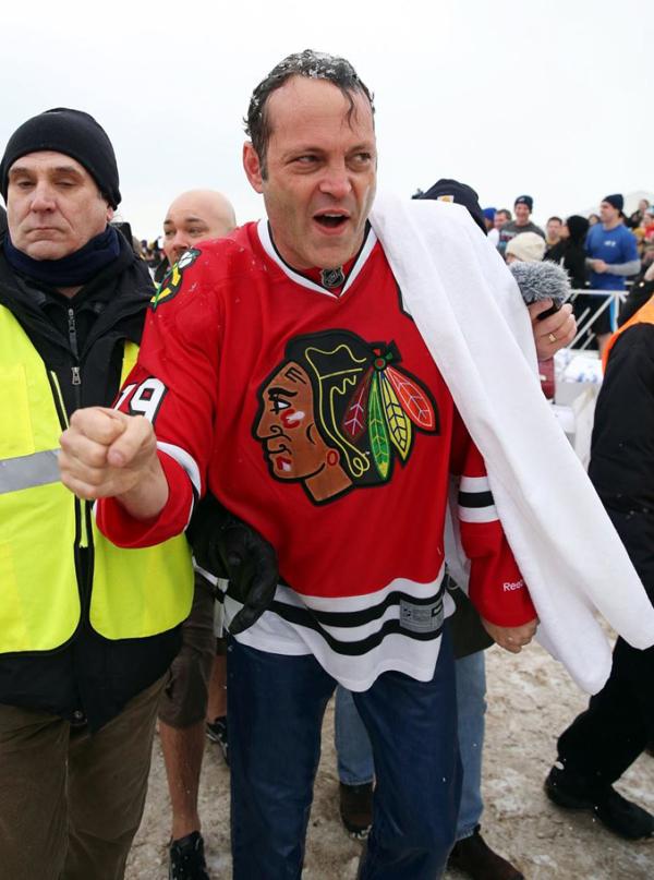 """Cùng thời điểm, nam diễn viên Vince Vaughn cũng tham gia """"Polar Plunge"""" ở bãi biển North Avenue tại Chicago."""