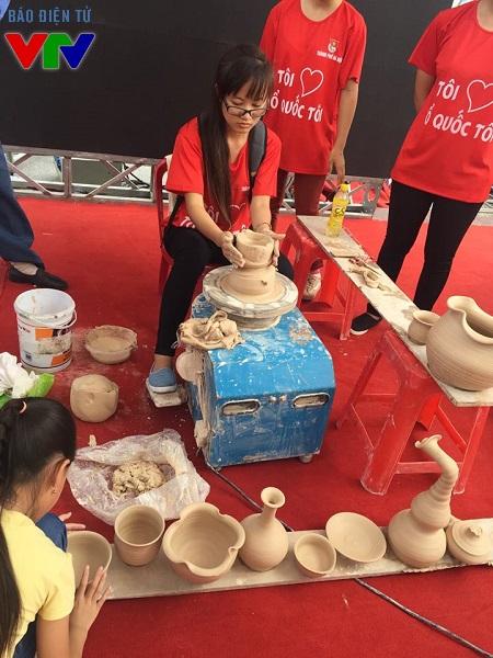 Bạn sinh viên còn được tận tay tạo hình gốm theo sở thích.