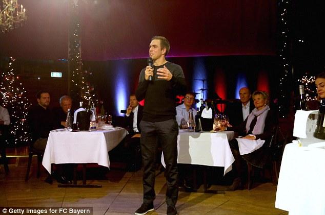 Thủ quân Lham dẫn dắt bữa tiệc và nói về gia đình Bayern với chất giọng đầy cảm xúc.