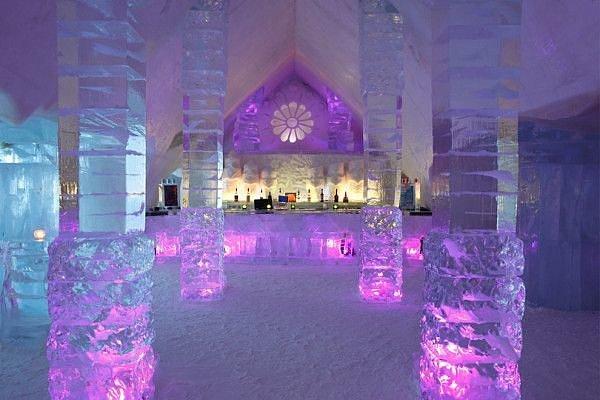 Những người từng xem bộ phim Frozen chắc hẳn đều ấn tượng với tòa lâu đài băng mà nàng công chúa Elsa tạo nên. Nhưng ít ai biết hình ảnh tòa lâu đài này được lấy cảm hứng từ khách sạn băng De Glace, nằm ở thành phố Quebec (Canada).