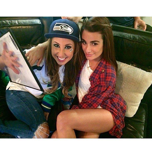 Ngôi sao phim Glee - Lea Michele hào hứng theo dõi trận đấu cùng cô bạn thân
