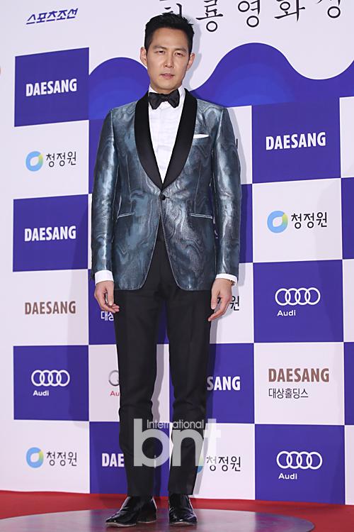 Tài tử Lee Jung Jae phá cách với áo vest bằng satin có họa tiết lạ mắt.