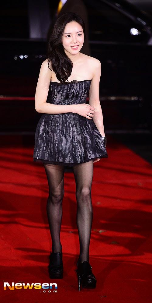 Diễn viên trẻ Lee Yul Eum bị chê khi diện cả một cây đen trông vô cùng tẻ nhạt và buồn chán. Chiếc váy của cô cũng bị nhận xét là quá ngắn.