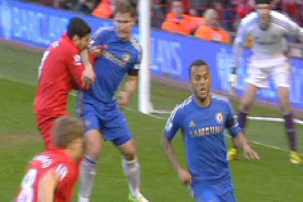 Lần thứ 2 Luis Suarez cắn Ivanovic (Chelsea) vào năm 2013