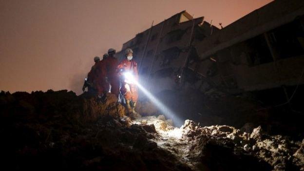 Công tác cứu hộ gặp nhiều khó khăn do địa hình hẹp và đêm tối. (Ảnh: Reuters)