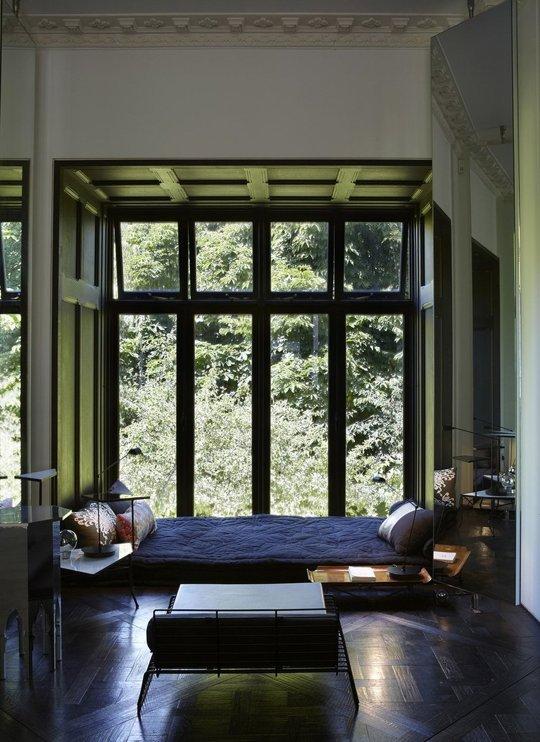 Chỉ cần một chiếc đệm êm, một vài chiếc gối là bạn đã có thể nằm thư giãn bên khung cửa sổ thơ mộng này