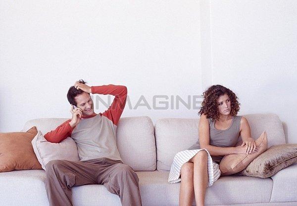 Anh ấy vẫn liên lạc với người cũ và không cần quan tâm đến cảm xúc của bạn.
